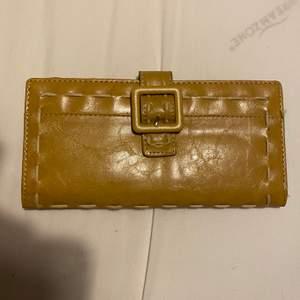Säljer denna plånbok. Den är i jätte bra skick. Undrar man över något så är det bara att kontakta mig.