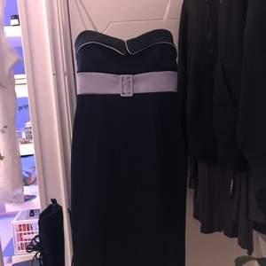 jättefin klänning som går att styla upp och ner! slutar ungefär på mitten av låret