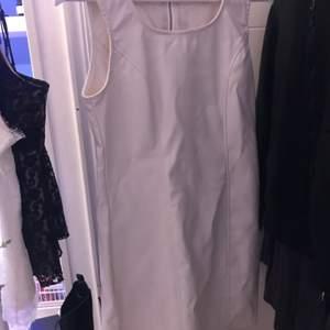 tendig vit klänning i skinn. passar jättebra till en turtleneck tröja under etc