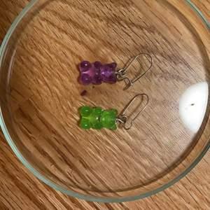 Ett par gummibjörns örhänge. Det finns i olika färger, Dm:a vid intresse 💕