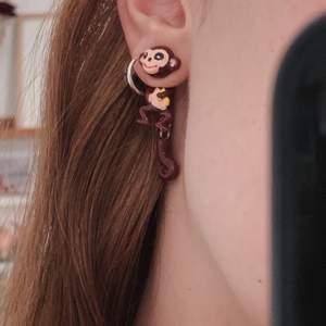 Super söta apa örhängen 🤍 aldrig använts 🤍 köparen står för frakten!
