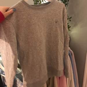 Fin grå sweater från gant. Storlek 13-14 år men skulle säga att den passar en S/XS. Fint skick. Frakt tillkommer