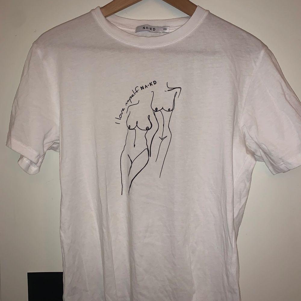 Fin tröja med kvinnokroppar på. Aldrig använd dock tvättad i tvättmaskin. Anledningen till att den inte är använd är då jag har en till i en storlek större ☺️. T-shirts.