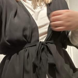 Så fin kimono som man kan ha över höghalsade toppar. Skön och väldigt tunn. Fint skick. Frakt 40 kr