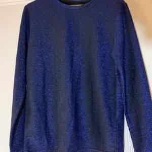 Glittrig mörkblå tröja, aldrig använd