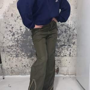 """Säljer ett par av mina favoritbyxor!! Mörkgröna midwaist byxor med """"punk royal"""" på rumpan💘  tidigare lite dåligt insydda vid sidan av midjan men uppsprättat! Inget som syns"""