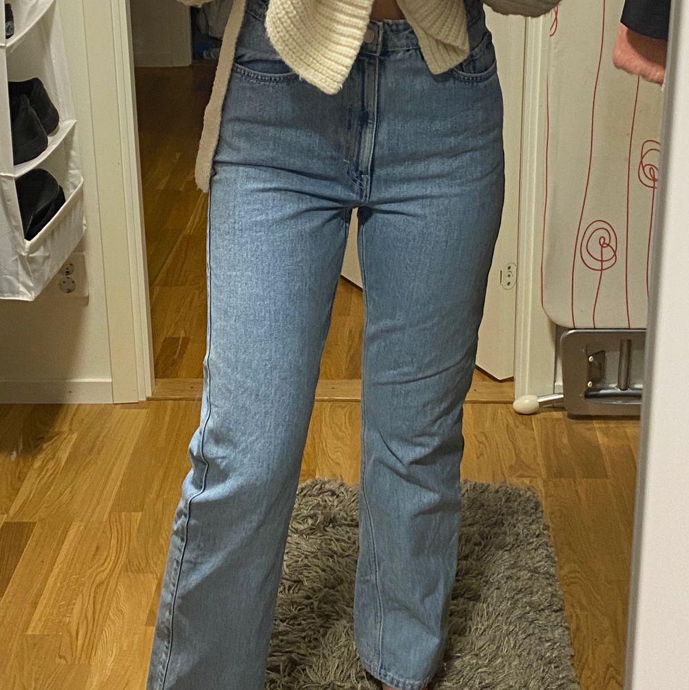 Sparsamt använda Rowe jeans från weekday som jag med mening har blekt i tvätten för en finare blå färg 🥰 (kan även bytas mot ett annat par Rowe jeans i strl 26/32/34) Exklusive frakt!. Jeans & Byxor.