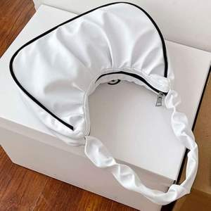 INTRESSEKOLL! vit söt axelväska köpt för inte så länge sedan. Nästan aldrig använd och är därför i toppskick. Bud från 80. Budgivning till 15:00 torsdag 7/1