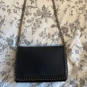 Jättefin väska med kedja! Säljer för att den inte riktigt passar min stil. Använd endast en gång och är i bra skick💓