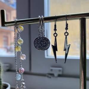 3 smycken. Blixtörhängen okänt märke 100kr/par, silvriga örhängen från hm 30kr/par, armband från snö 60kr!
