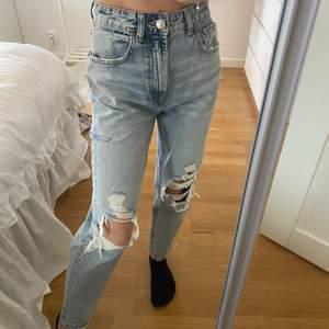Ett par helt nya slitna mom jeans från zara i den PERFEKTA jeans-blå färgen! Superfina slitningar och passform🕊