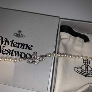 VIVI pärl halsband, slutsålt, 1500kr, snälla slösa inte min tid om du inte har pengar. PRISET ÄR 1500kr. köpt på vivi westwoods hemsida