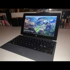 Säljer nu min bärbara laptop som är en surface i modellen pro 2. Datorn kan tas loss i 2 delar, så att man kan ha den som en ipad och ett tangentbord till (som följer med) som dem 2 kan sättas ihop magnetiskt. Laddare till datorn följer med. Den är jätte fin förutom att den är lite repig men som ej syns så mycket. Den funkar fint övrigt. Orginal priset är 6000kr, men säljer den nu för 3500kr, vid flera intressen är det budning som gäller. Säljer pga att jag köpt en ny dator.Kan ev sänka vid snabb och smidig affär🌸