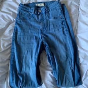 Super fina blåa jeans från Gina i strl s. Väldigt stretchiga och sköna. Skriv vid frågor/fler bilder:)  Köpare står för fraktkostnad♥️
