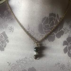 Halsband som jag gjort för många år sen, i fint skick. Kedjan är nickelfri. Mått 29 cm. Jag tar swish betalning.