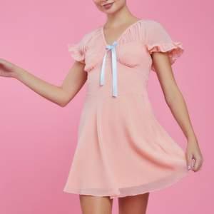 Helt ny klänning från Sugar Thrillz! Endast testat den. Har betalat över 650 kr för den med moms, tull och hanteringsavgift inräknat. FRAKT TILLKOMMER!! Jag kan ej påverka fraktkostnaden mer än att jag givetvis skickar på det billigaste sättet om inget annat önskas.