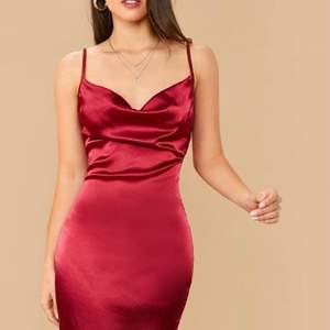 Skitsnygg klänning men köpte flera styckna så denna får säljas 🦋🦋💙 Aldrig använd!