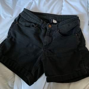 Ett par mörkgråa jeansshorts från H&M i strl 36. Sitter snyggt i rumpan. Skriv vid frågor/fler bilder:)       Köpare står för fraktkostnad♥️