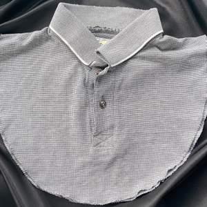 Superpraktisk krage att ha under tjockare tröjor!! Den är charmigt sliten vid kragen✨ 50% skänks till att rädda korallreven🌊