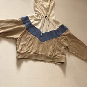 Detta plagg är en hoodie från monkie med storleken xxs, hoodien är begagnad men fortfarande i bra skick. Hoodien är flerfärgad och randig.