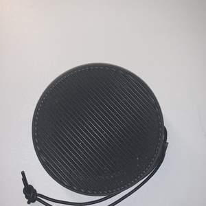 """Säljer min högtalare som fungerar super, den har igen special laddare. Ljudet är bra, det låter ej """"skärigt"""". Säljer pga ej användning. Skriv vid intresse eller mer info🌸"""