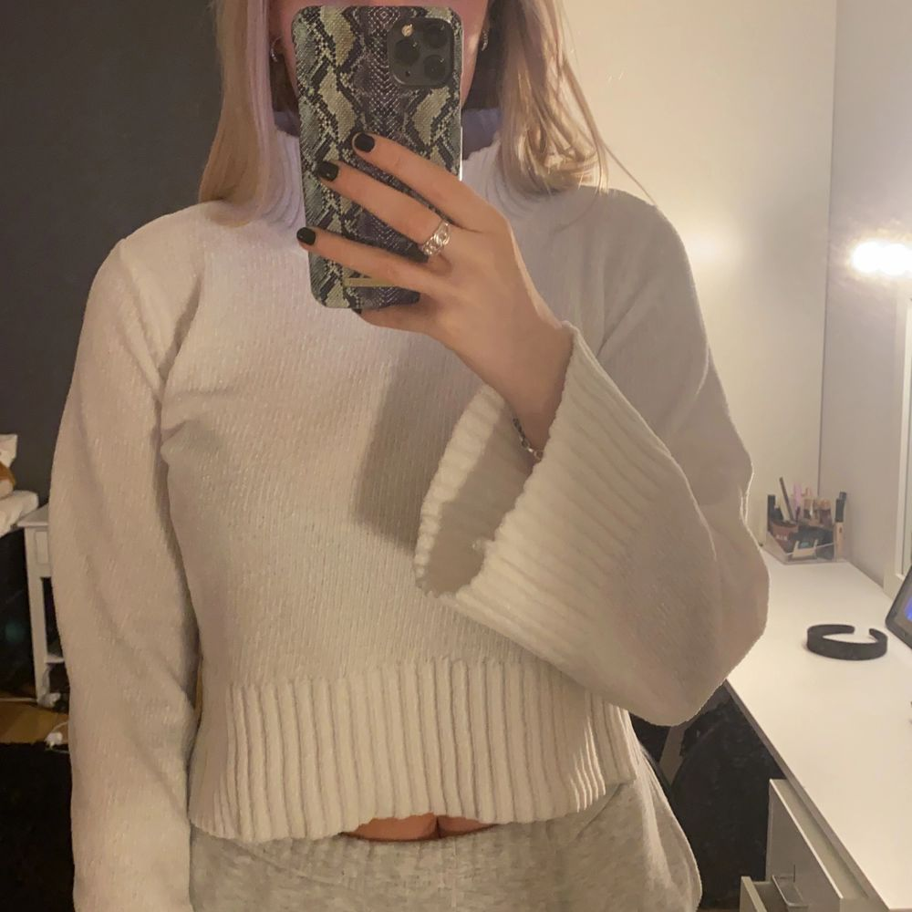 Vit croppad tröja i jätteskönt material från Gina Tricot i storlek XS. Köparen står för frakt!!. Tröjor & Koftor.
