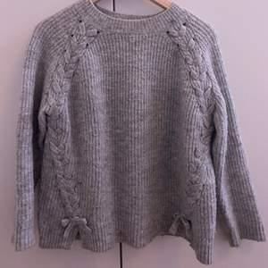 En grå jättefin stickad tröja som inte används längre tyvärr, den sticks inte och är jätteskön! Köpt på zara! Tyvärr ser jag inte storleken men den är lite stor på mig som har xs, frakten står köparen för! 🤍