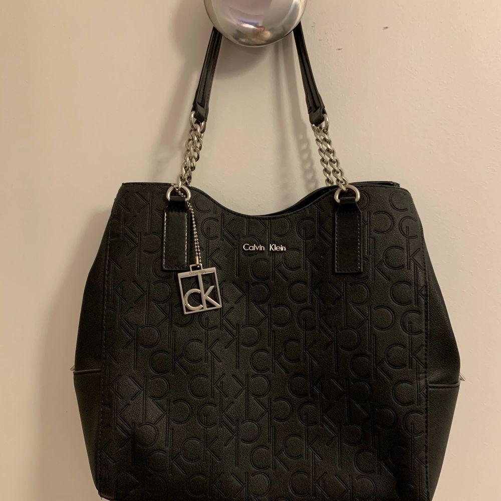 Svart väska från Calvin Klein i normal size. Enkel och snygg!. Väskor.