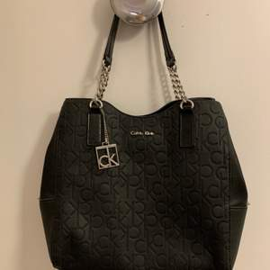 Svart väska från Calvin Klein i normal size. Enkel och snygg!