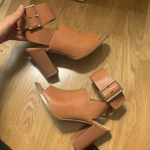 Helt oanvända Bruna skor med en klack från Nakd i storlek 38.
