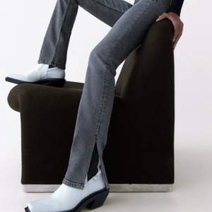 Snygga zara jeans med slits. Byxorna är i ett mycket bra skick men har tyvärr ett litet diskret hål som orsakats av slarv men ingenting som syns! Säljs för 195kr+frakt! Meddela gärna mig för fler frågor!