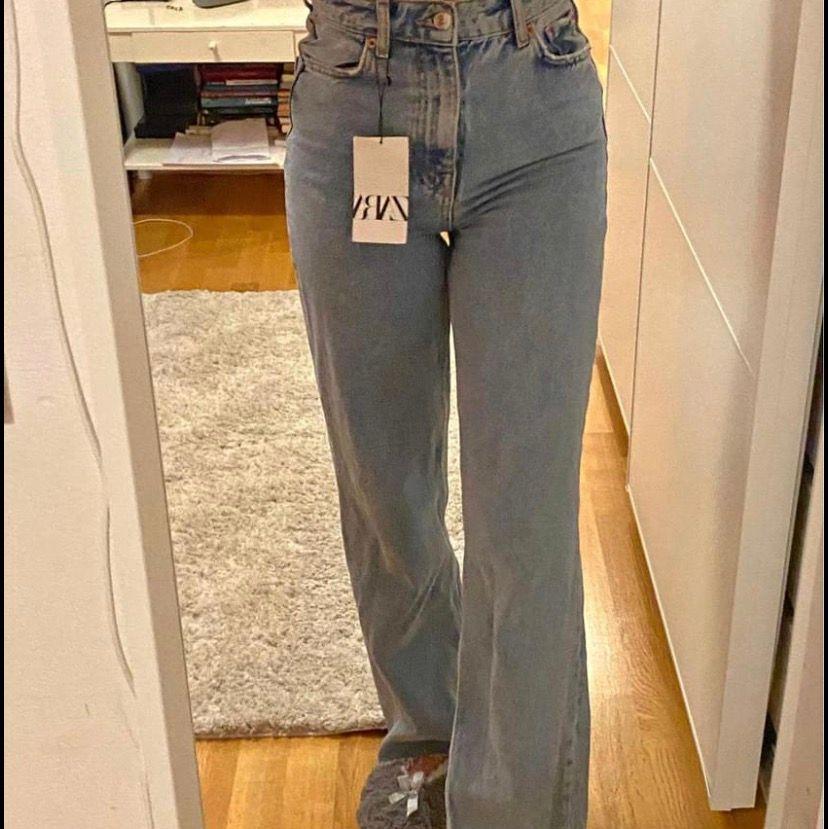 """Helt nya jeans ifrån zara, storlek 34. Hon på bilden är ca 166cm. Modellen heter """"the 90's full length"""". Buda i kommentarerna!💗🥰 HÖGSTA BUD:  340kr. Jeans & Byxor."""