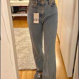 """Helt nya jeans ifrån zara, storlek 34. Hon på bilden är ca 166cm. Modellen heter """"the 90's full length"""". Buda i kommentarerna!💗🥰 HÖGSTA BUD:  340kr"""