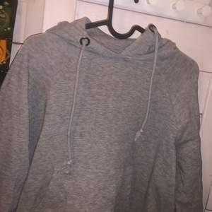 En grå hoodie som blivit för liten för mig, den är i strl S. Skriv gärna för fler bilder eller info❤️❤️