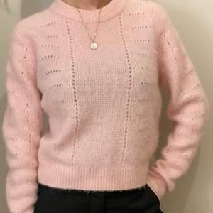 Hej vi säljer denna fina stickade tröjan från samsøe samsøe då den tyvärr blivit för liten då jag gillar oversize. Bra skick & storlek XS. Tröjan är gjord av 30% alpaca och 30% ull så perfekt i kylan! Skriv till oss om du är intresserad!! Frakt tillkommer