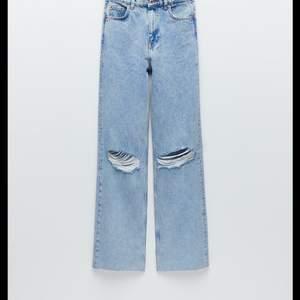 Säljer mina wide jeans med hål från zara! Köptes för 399kr och är helt slutsålda på hemsidan. Buda i kommentarerna!OBS! Köptes nyligen i november, helt nyttskick! Budgivningen avslutas på söndag 17/1 LEDANDE BUD: 250kr+ frakt!