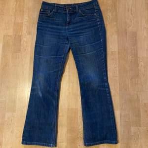 Jag säljer ett par vintage Tommy Hilfiger flare jeans i mycket bra kvalitet. De är lågmidjade och mörkblå. Jag säljer dem för att dem inte passar mig i storleken längre. De är ganska stora i storleken, eftersom att den är i storlek 36 passar den för folk i storlek 38. Budgivningen startar på 100 kr men kan köpas direkt för 300 kr. Köparen står för frakten 66kr.