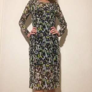 Lite transparant klänning som går en bit över knäna på mig (jag e 177cm lång). Storlek S, bra skick!