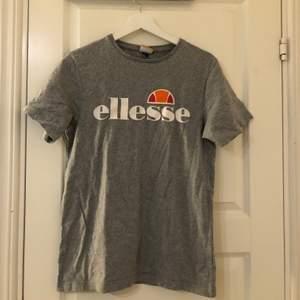 Säljer denna gråa elesse t-shirt som ej kommer till användning! Hoppas någon annan kan få bättre användning för den.