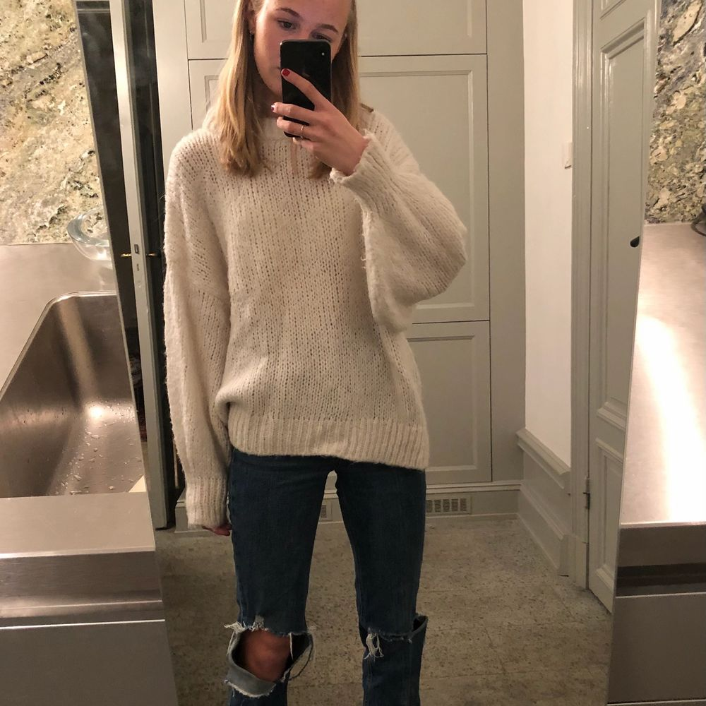 Ännu en otroligt snygg stickad tröja! Sjukt mysig och perfekt oversized. Köptes på Zara för nått år sedan men har änvänts snålt och är därför fortfarande i bra skick! Storleken är S men med tanke på att den är oversized passar den nog de flesta! Pris kan diskuteras!. Stickat.