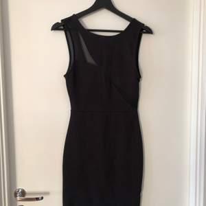 Tight svart bodycon klänning i storlek M. Mesh detaljer fram, men vanligt svart tyg över brösten. Bak - mesh på övre delen. Använd 3 gånger.