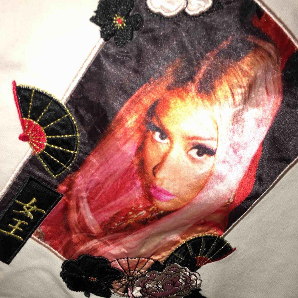 Super skön Nicki Minaj crop-top. De va min favorit tröja, men sen så kände jag att den inte riktigt va min stil.  Pris o så kan diskuteras!  Frakt: 36kr💘  är du intresserad, be mig att sätta på safepay elr swish!!. Toppar.