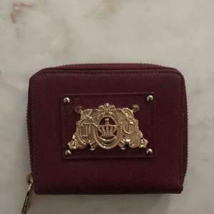 Äkta juicy couture plånbok i vinröd färg Nypris 700kr Som ny knappt använd
