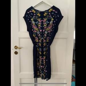 Klänning med fjärilar, T-shirtaktigt material, midjeband