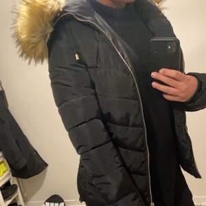 Jättefin och varsamt använd vinterjacka med fake päls! Använd förra vintern i knappt 2 månader. Den är liten i storleken så jag skulle säga att den passar Xs/34 en liten S med! Nypris 1199kr på hemsidan.