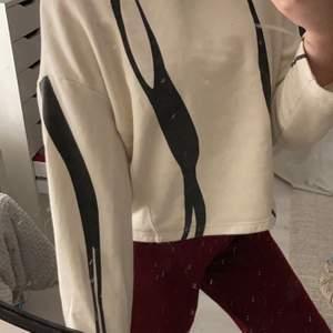 """En ganska tjock svart och vit sweatshirt som sitter """"boxigt"""" men fortfarande väldigt snyggt"""