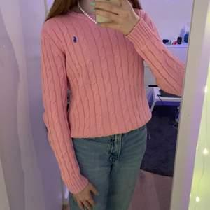 Så fin polo Ralph lauren tröja i s, Men jag är i xs och den passar mig bra. Säljer den för att jag har för mycket kläder och jag är inte ett stort fan av rosa. Skulle säga att den är i ett bra skick👍🏻 börjar med priset 200 men budgivning sker om de är flera intresserade.