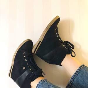 Ett par Marinblåa svin snygga skor från TH, älskar dessa men har endast använt 1 gång pga att jag har varit så rädd om dem, dags för dessa att hitta ett nytt hem!