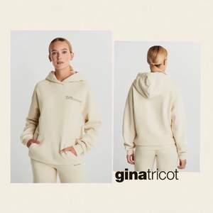 Säljer denna as snygga hoodien från nicki studios x Gina Tricot. Nästan aldrig använd då det inte riktigt är min stil. Kan skicka mer bilder vid intresse.