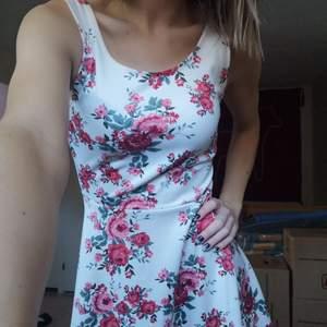 Jättefin klänning från H&M! Tyvärr ej använd..